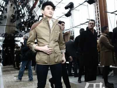 吴奇隆亮相巴黎时装周坐头排上头版获好评 吴奇隆巴黎时装周