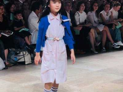 """佟大为、黄磊和李亚鹏女儿""""巴黎时装周""""走秀 李亚鹏和佟大为很像图"""