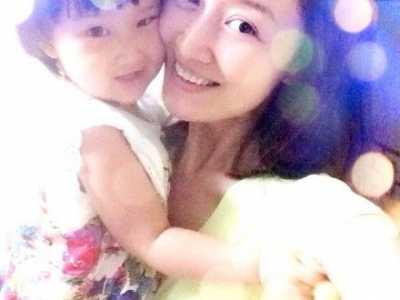 赵子琪和女儿贴脸合照 赵子琪的妈