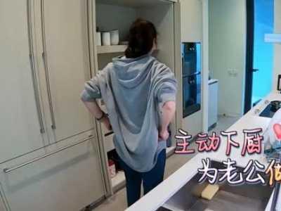 看到手腕处的纹身后 张智霖做饭